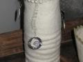 Vintage Vase mit Draht, Stoff und Borte. Ausgestattet mit einer Glasflasche für die Benutzung als Vase